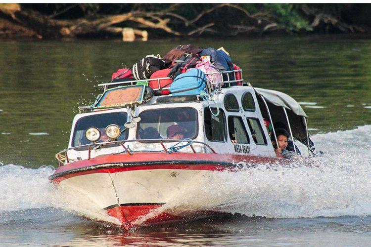 Speadboat yang mengangkut masyarakat Mahulu