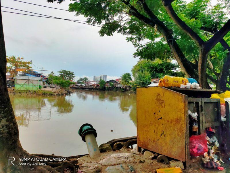 Ilustrasi pemandangan TPS yang penuh sesak di sudut kota Samarinda I Dokuementasi pribadi